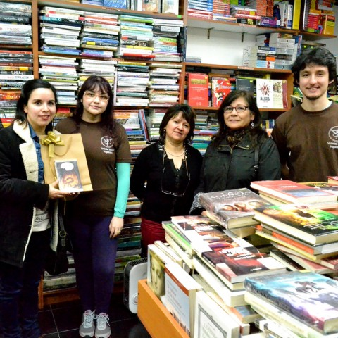 Ivonne Maldonado con su ejemplar de El Hobbit, al centro Norma Fariña, de Librería Entrepáginas.